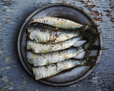 sardines, fish, plated food